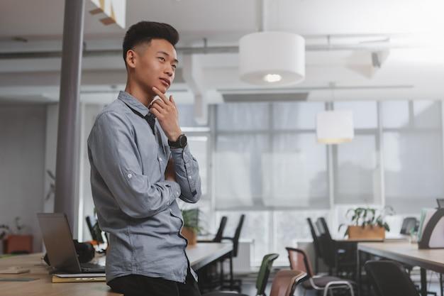 Joven empresario asiático trabajando en la oficina