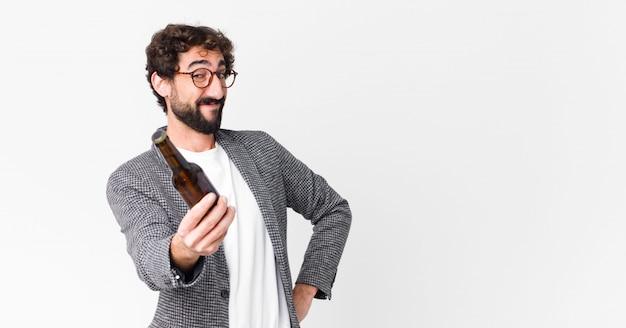 Joven empresario barbudo loco tomando una cerveza