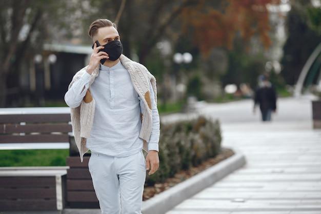 Joven empresario caminando por la calle