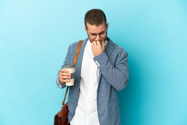 Joven empresario caucásico aislado teniendo dudas
