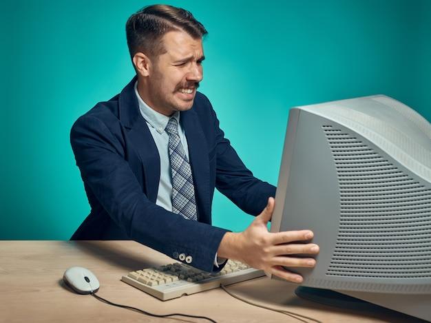 Joven empresario con computadora en la oficina