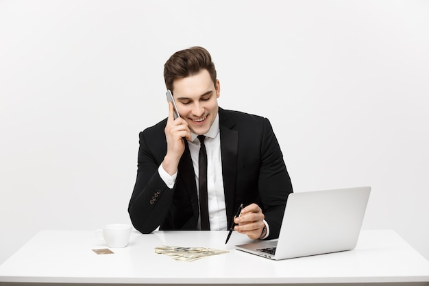 Joven empresario concentrado escribiendo documentos en el escritorio de oficina