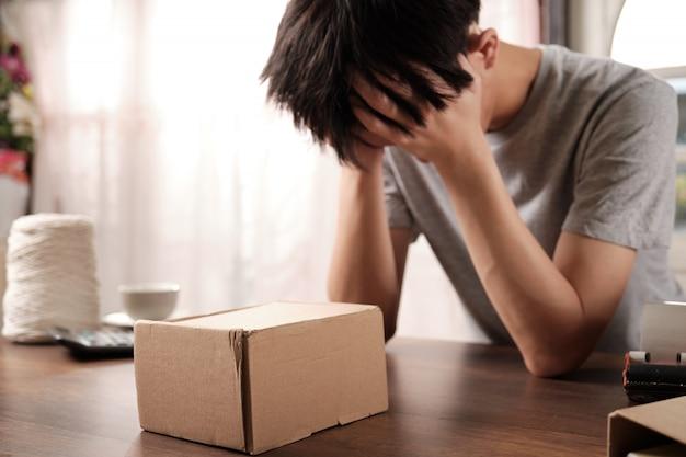 El joven empresario emprendedor está preocupado por la venta de productos.
