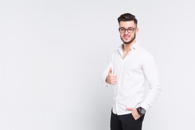 Joven empresario exitoso que tenga un buen día en su trabajo