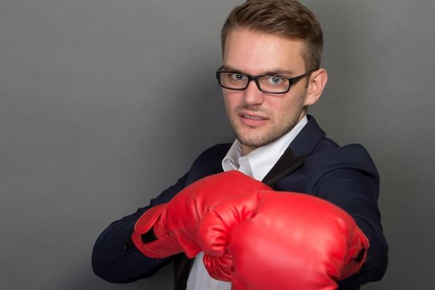Joven empresario con guantes de boxeo
