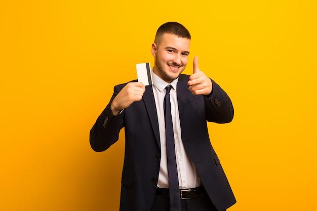 Joven empresario guapo contra el concepto de dinero de fondo plano
