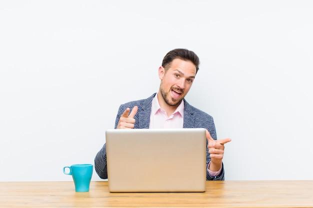 Joven empresario guapo sonriendo con una actitud positiva
