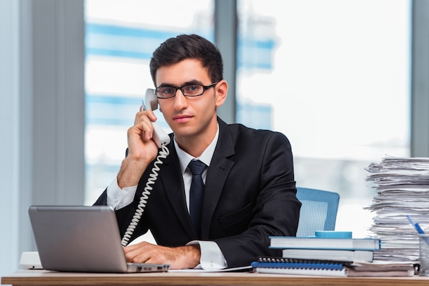 Joven empresario hablando por teléfono