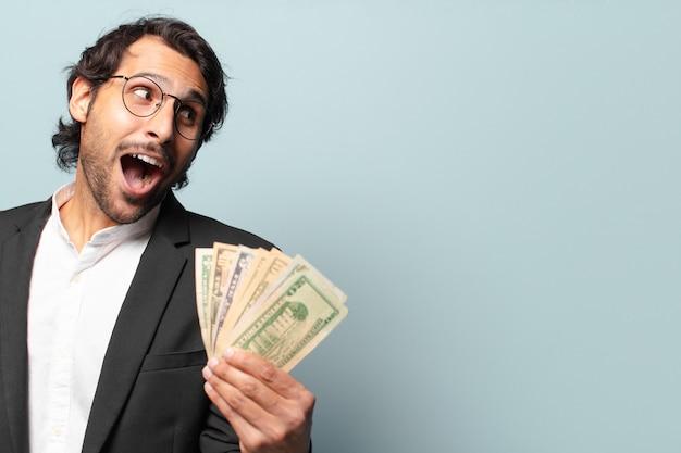 Joven empresario indio guapo con billetes