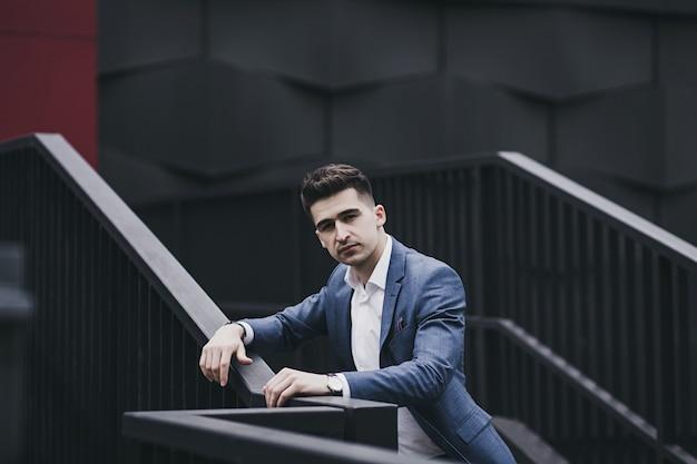 Joven empresario inteligente viste un traje en la ciudad
