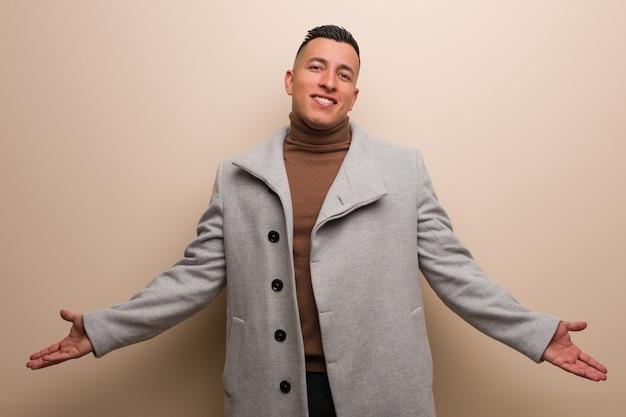 Joven empresario latino invitando a venir