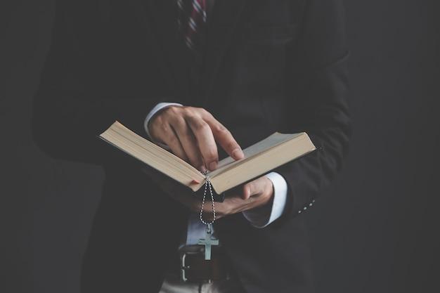Joven empresario leyendo la biblia sagrada