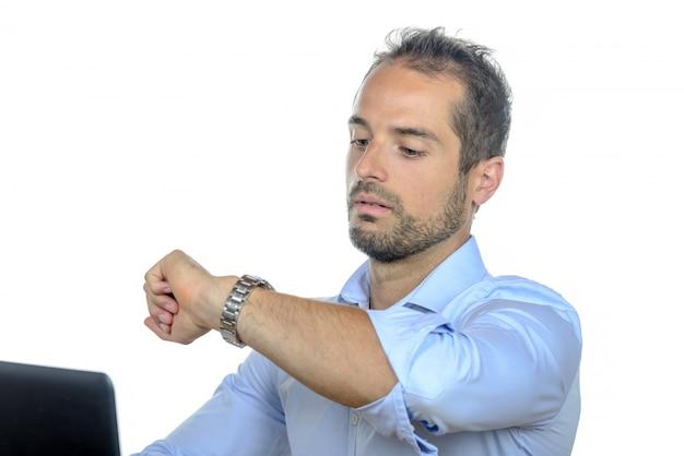 Un joven empresario mirando su reloj