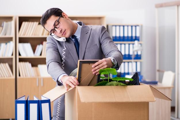 Joven empresario mudando oficinas después de ser despedido