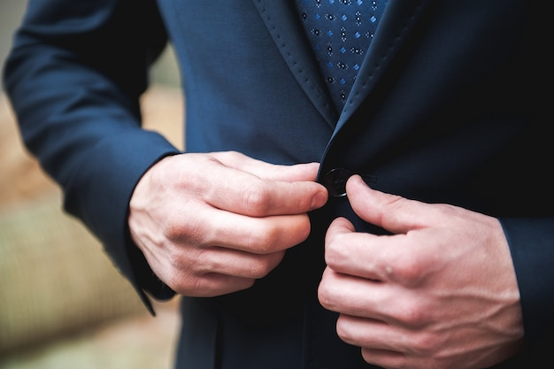 Joven empresario se pone un traje antes de reunirse con socios.