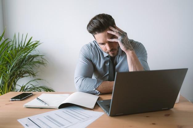 Joven empresario preocupado