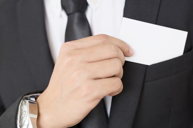 Joven empresario que saca la tarjeta de presentación en blanco