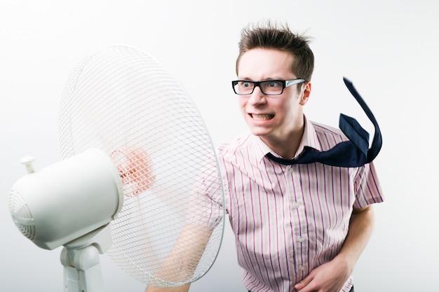 Joven empresario sentirse estresado por ventilador con flujo de aire