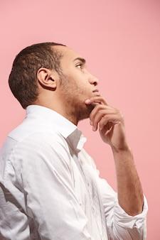 Joven empresario serio pensativo. concepto de duda
