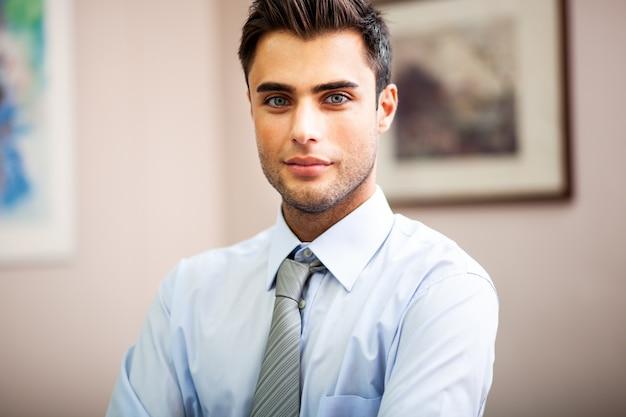 Joven empresario en su oficina