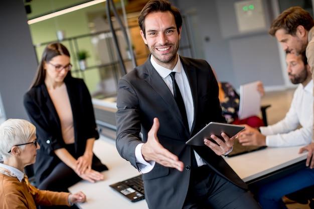 Joven empresario con tableta digital en la oficina