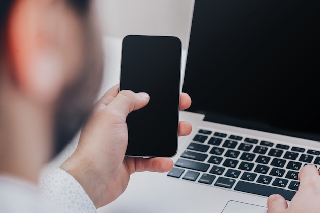 Joven empresario trabajando con dispositivos modernos