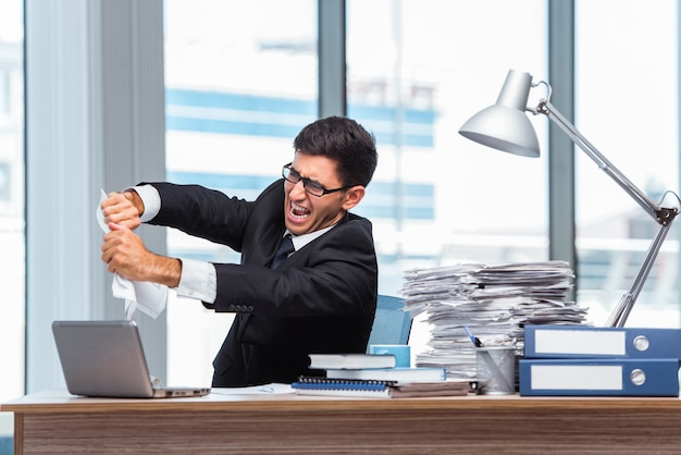 Joven empresario trabajando en la oficina