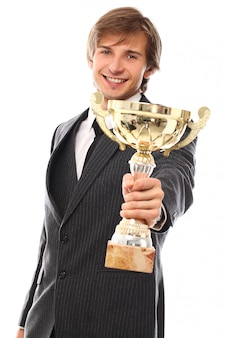 Joven empresario con trofeo