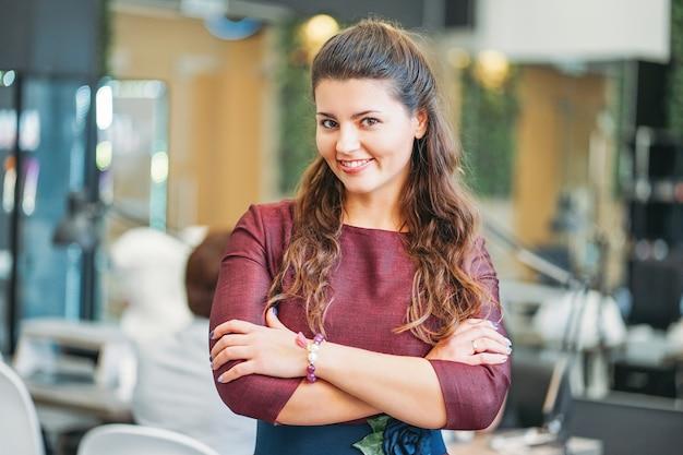 Joven encantadora mujer sonriente dueña de salón de belleza nail bar, concepto de pequeña empresa propia