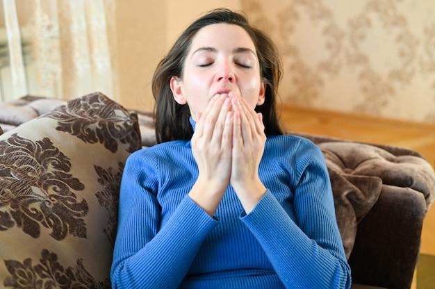 Joven enferma de infección viral de la gripe