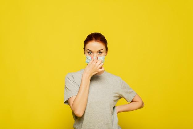 Joven enferma con máscara médica