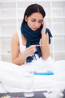 Joven enferma está tosiendo en la cama