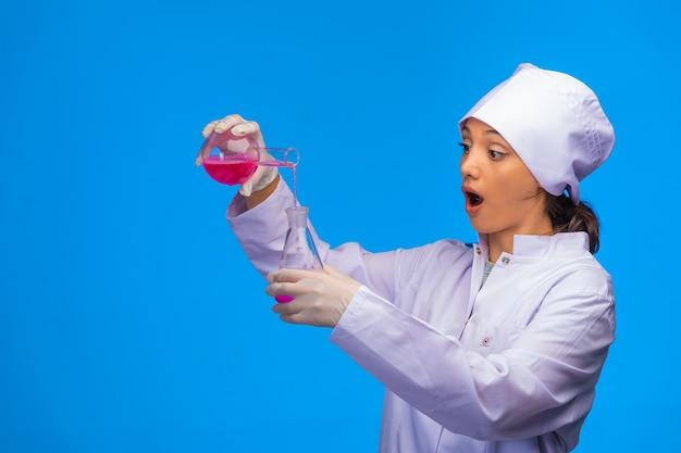 Joven enfermera hace pruebas de laboratorio.