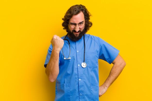 Joven enfermera hombre enojado o en desacuerdo concepto