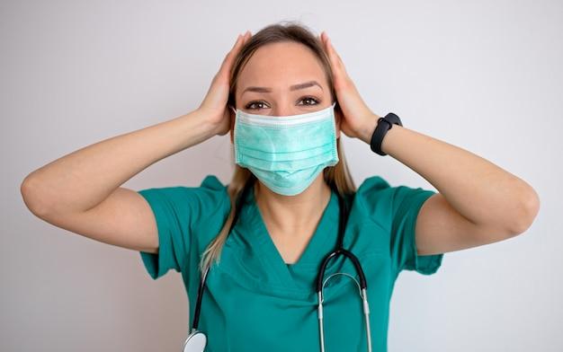 Joven enfermera se siente extremadamente conmocionada y sorprendida