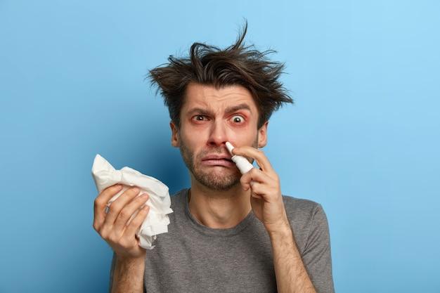Joven enfermo que sufre de alergia aislado