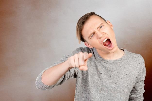 Joven enojado acusándote