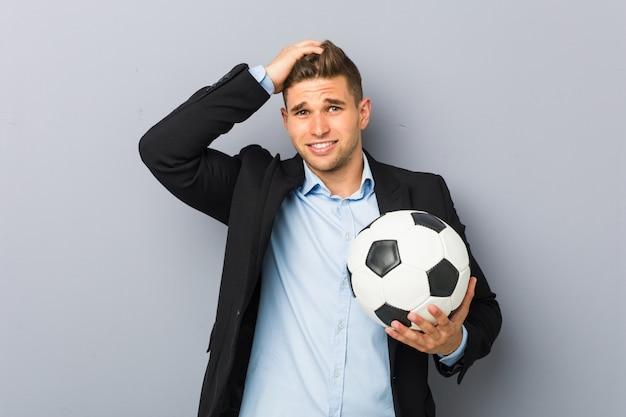 La joven entrenadora de fútbol se sorprendió y recordó una reunión importante.