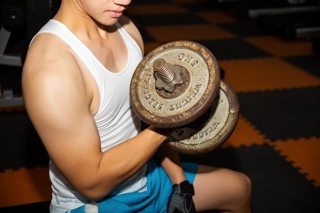 Joven entrenamientos en el gimnasio
