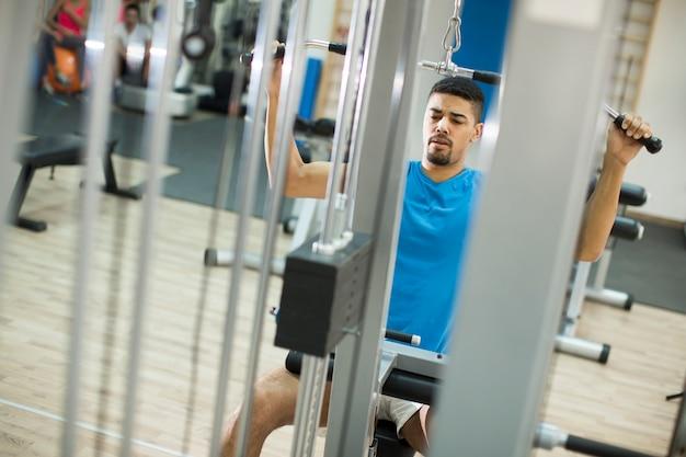 Joven entrenando en el gimnasio