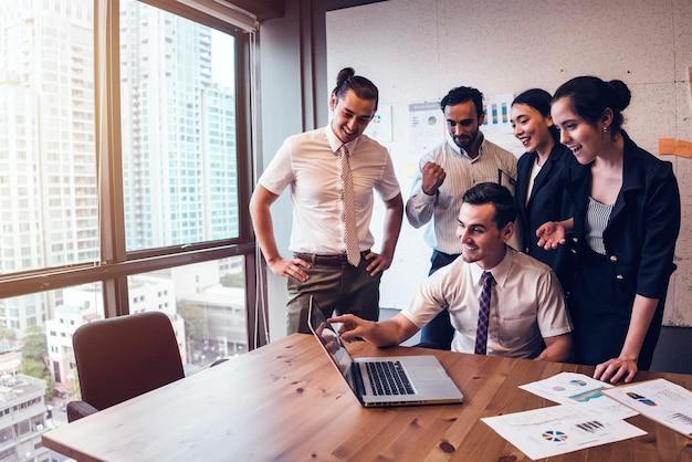 Joven equipo de negocios trabajando juntos