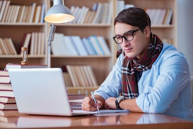 Joven escritor escribiendo en la biblioteca