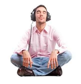 Joven escuchando música por auriculares.