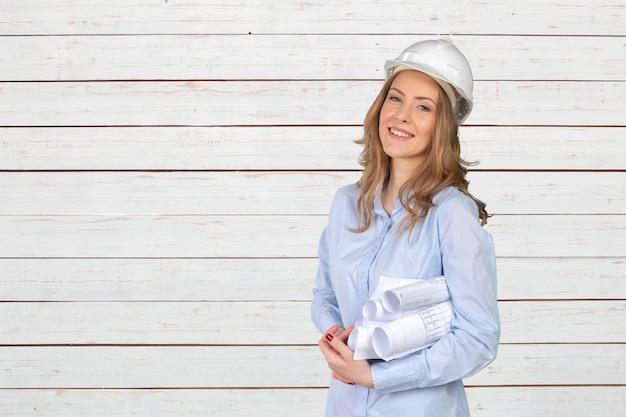 Joven especialista en construcción femenina