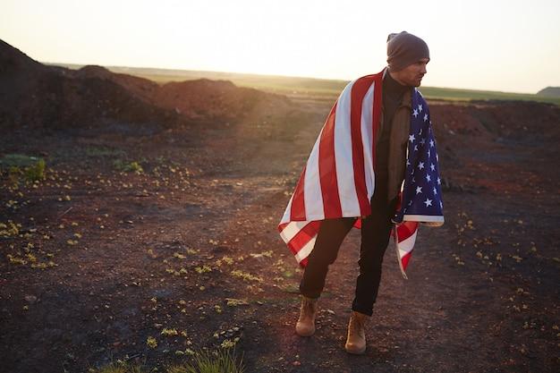 Joven estadounidense caminando en las montañas