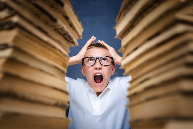 Joven en estrés volviéndose loco mientras estudia y hace los deberes