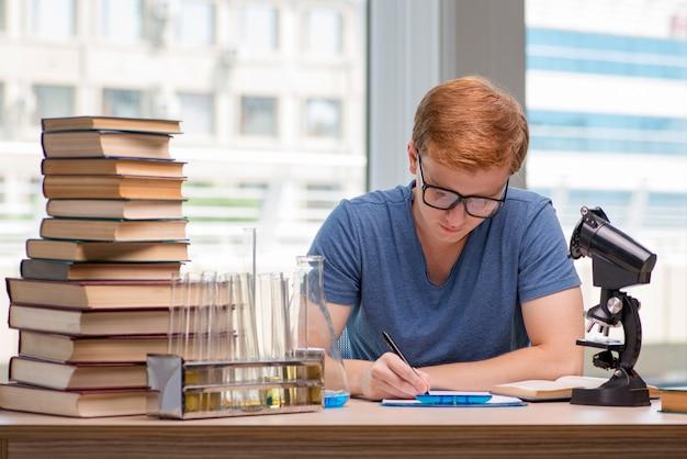 Joven estudiante cansada y agotada preparándose para el examen de química