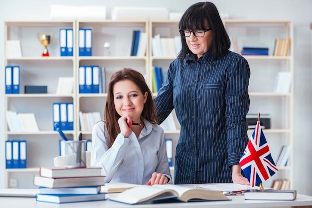 Joven estudiante extranjera durante la clase de inglés