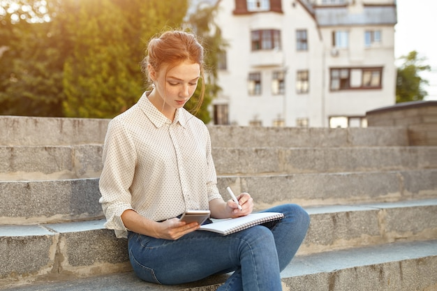 Joven estudiante hermosa escribe un ensayo