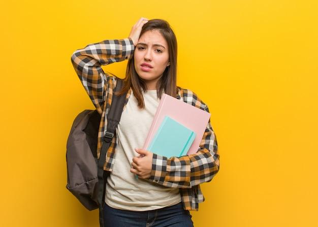 Joven estudiante mujer preocupada y agobiada.
